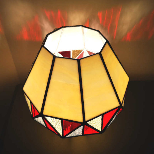 Lampe en vitrail Tiffany de Style montgolfière rouge et Beige - Sud Vitrail Mosaïque