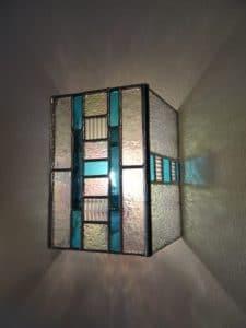 """Applique contemporaine bleue en vitrail """"Tiffany"""" - Sud Vitrail Mosaïque"""