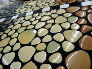 Détail d'un plateau de console mosaique en galet emaille - Sud Vitrail Mosaique