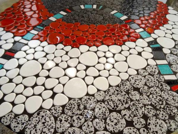Table bistrot - Détail plateau mosaique en galets émaillés - Sud Vitrail Mosaique
