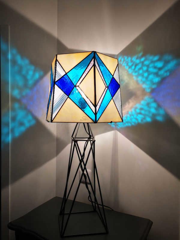 Lampe Tour Eiffel en vitrail tiffany bleue. Création Sud Vitrail Mosaique