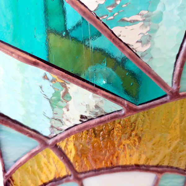 Lampe en vitrail tiffany Art Déco- Détail - vert-ambre-beige - Sud Vitrail Mosaique