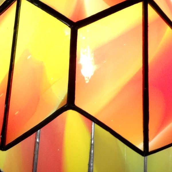 Détail suspension vintage orange en vitrail Tiffany - Sud Vitrail Mosaïque