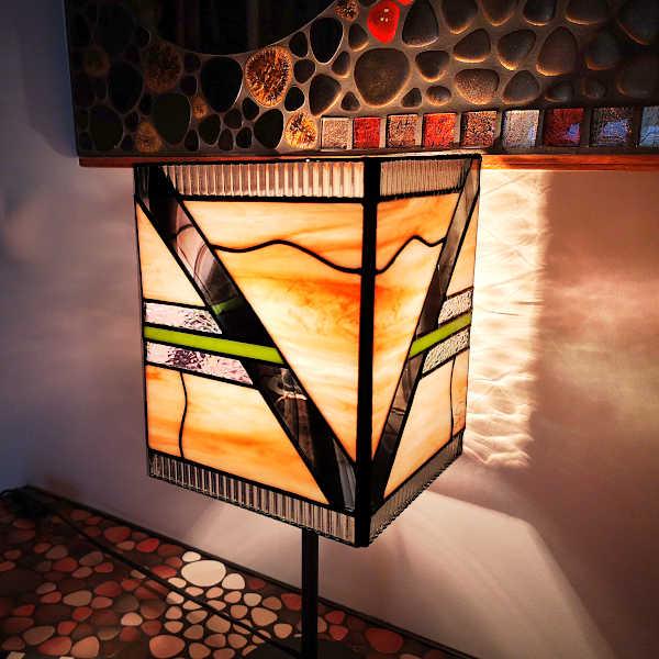 Lampe Tiffany Art déco rose saumon - Création Sud Vitrail Mosaïque