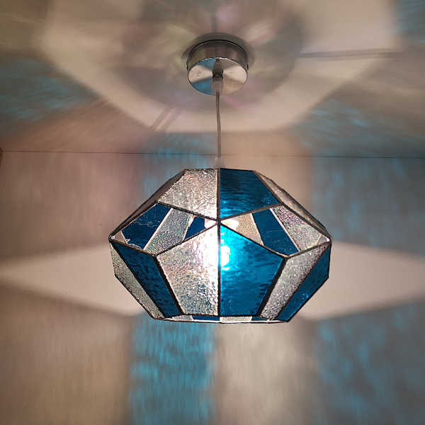Suspension en Vitrail Tiffany Bleu - Forme hexagonale - Sud Vitrail Mosaïque