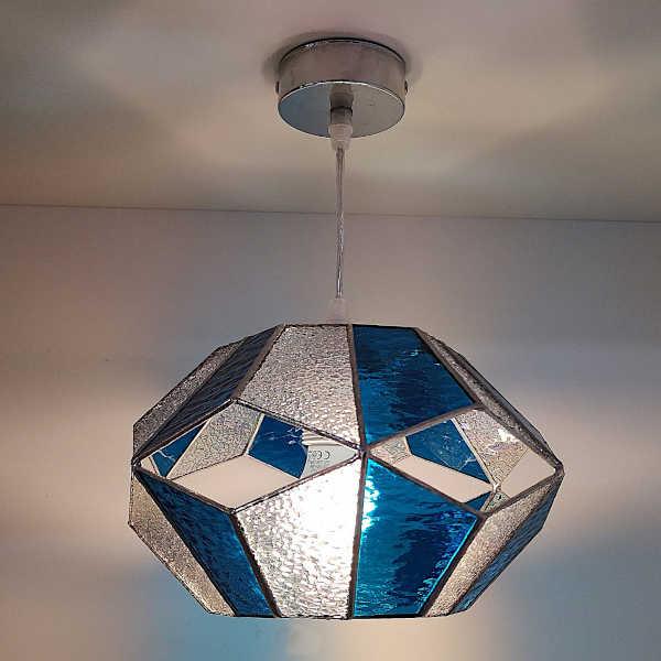 Suspension en Vitrail Tiffany Bleu - Luminaire hexagonal - Sud Vitrail Mosaïque