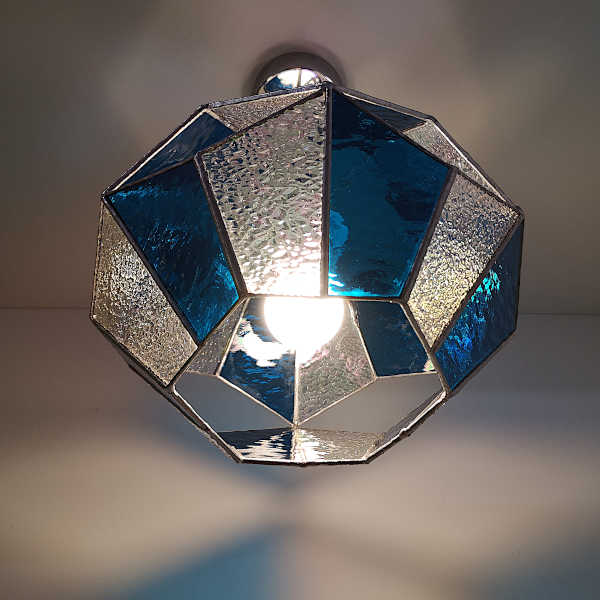 Suspension en Vitrail Tiffany Bleu - Luminaire Hexagonal - Atelier Sud Vitrail Mosaïque