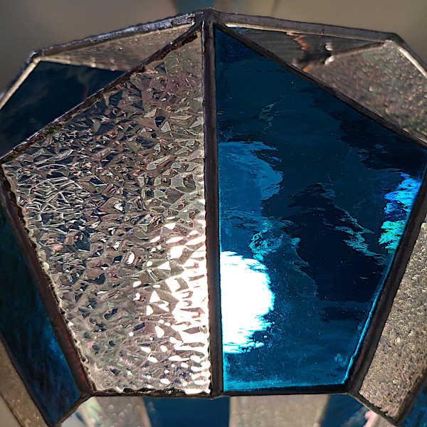 Suspension en Vitrail Tiffany Bleu - Détail - Sud Vitrail Mosaïque