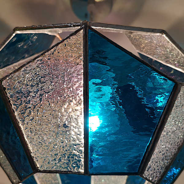 Suspension en Vitrail Tiffany Bleu - Détail - Atelier Sud Vitrail Mosaïque